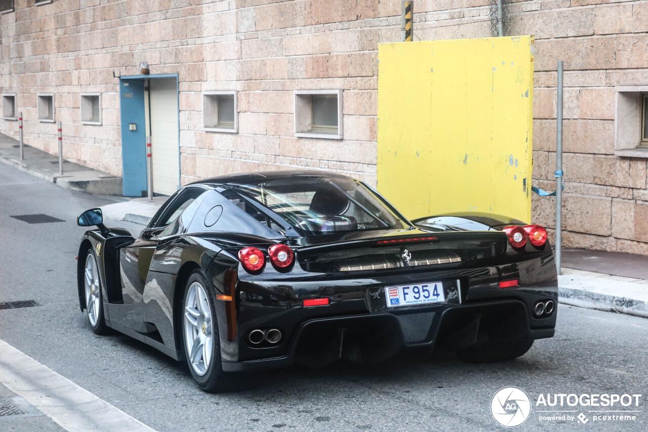 Zwarte Ferrari Enzo Ferrari wordt langzaamaan een icoon