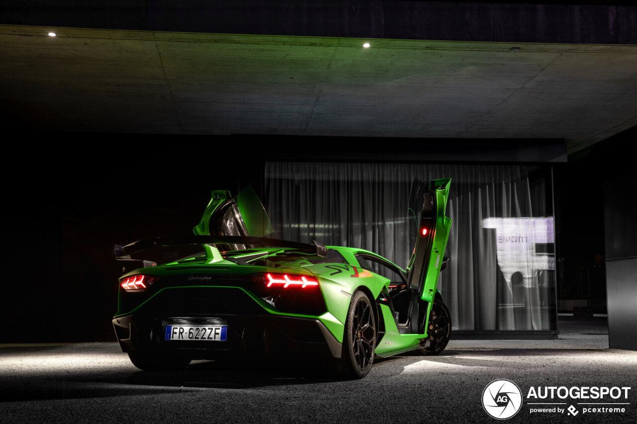 Groene Lamborghini Aventador SVJ steelt de nacht
