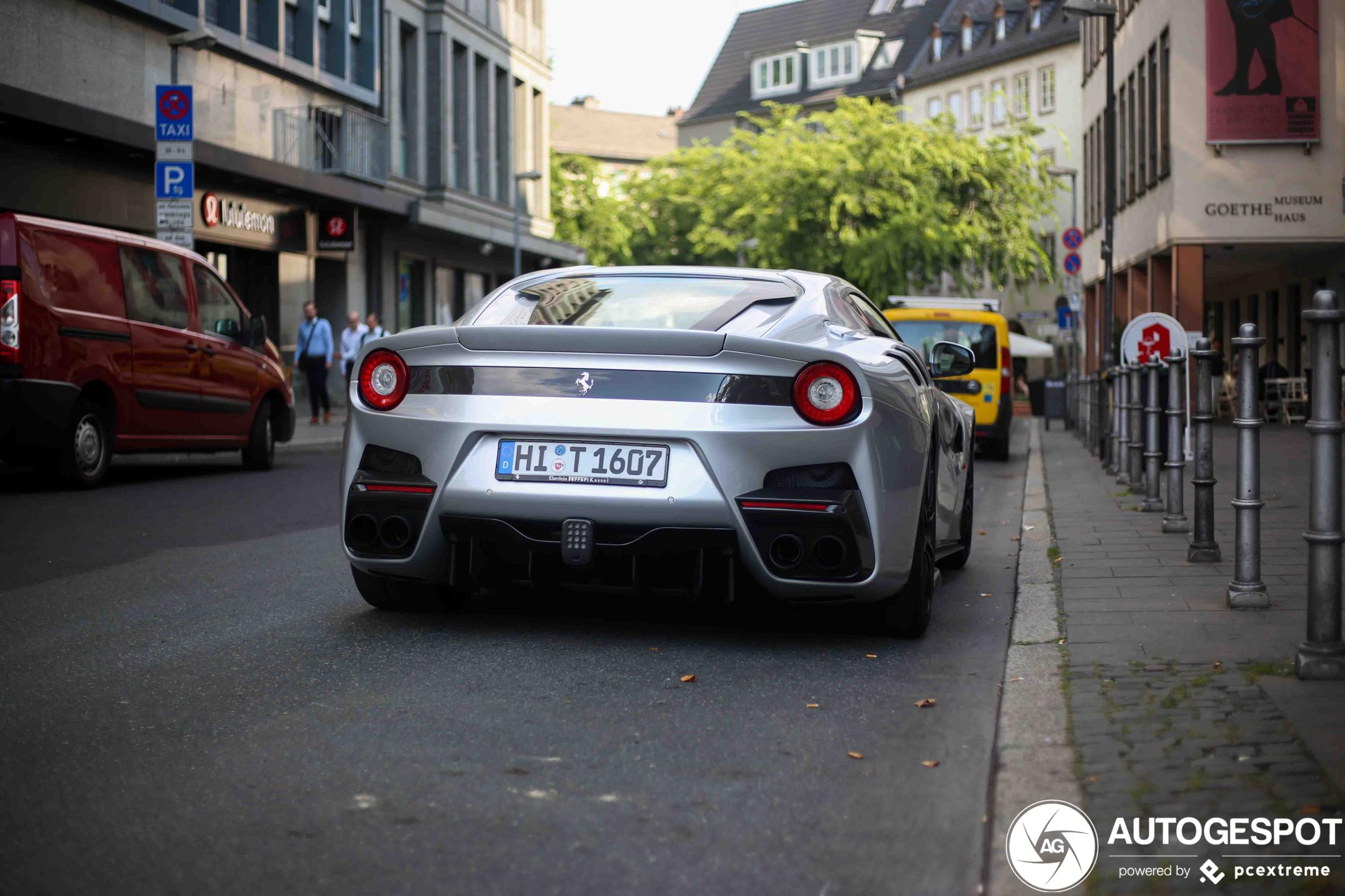 Zilvergrijze Ferrari F12tdf staat troosteloos op straat in Frankfurt