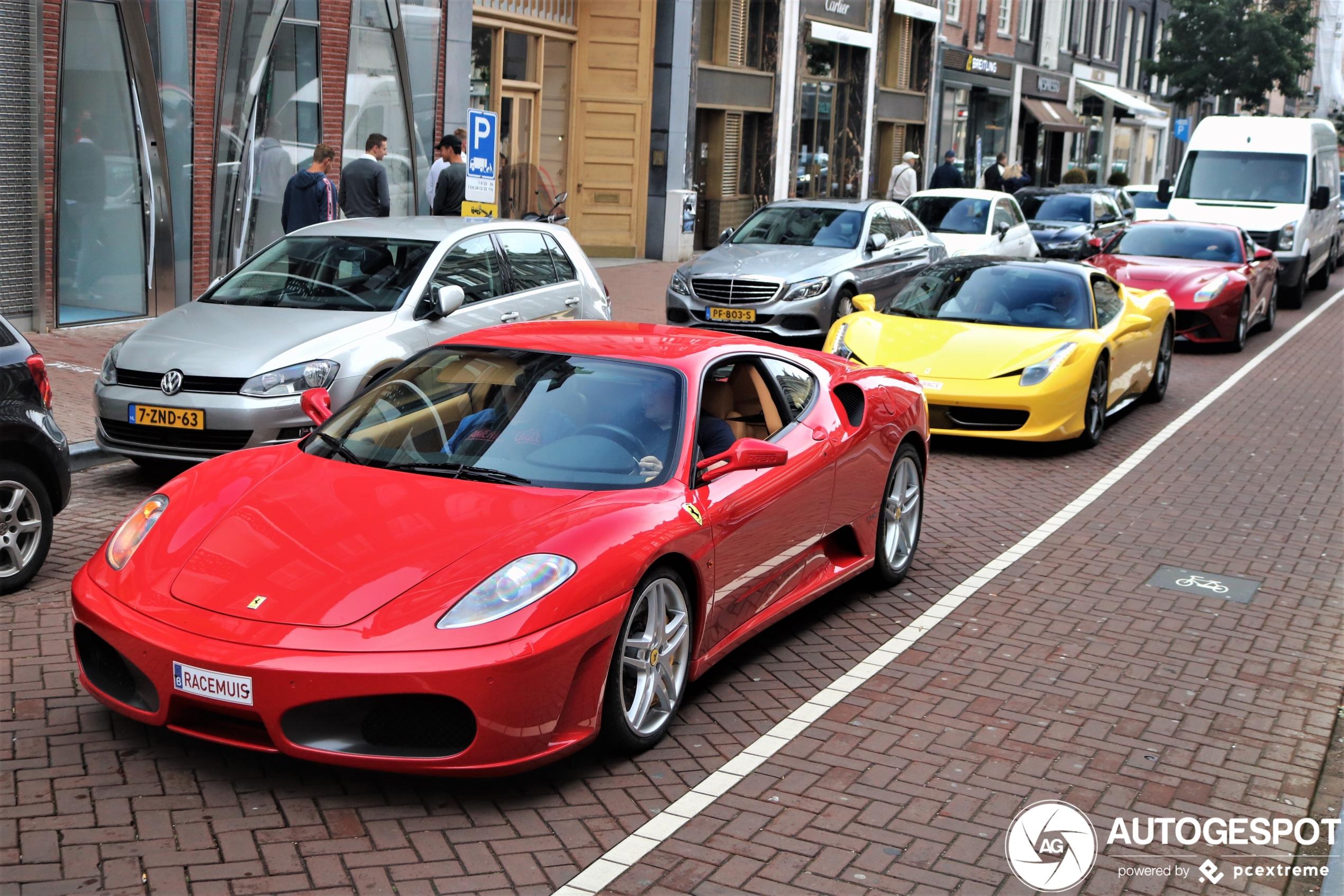 Kleurrijk Ferrari-trio brengt leven op de PC Hooft