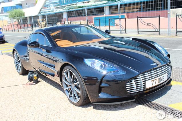 Aston Martin One-77 in haven van Cannes