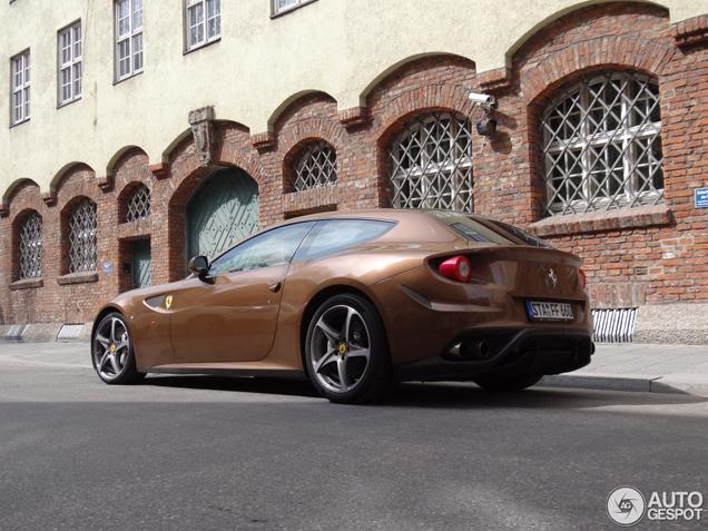 Hoe staat de kleur bruin op de Ferrari FF?