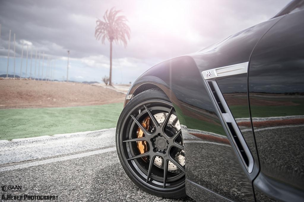 Nissan GT-R met ADV1 velgen en Akrapovic uitlaat
