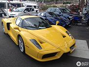 Dva Ferrarija Enzo u luci Port Hercule u Monaku