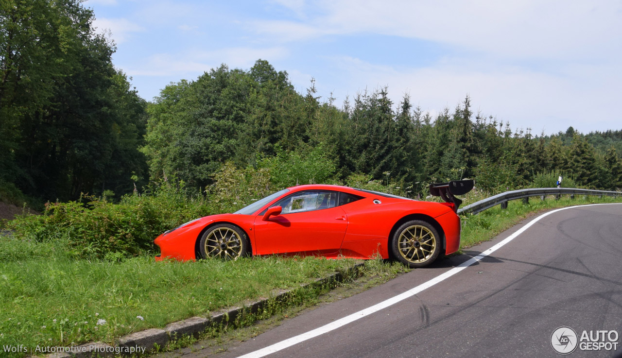 Ferrari 458 Challenge heeft een rare parkeerplek gevonden