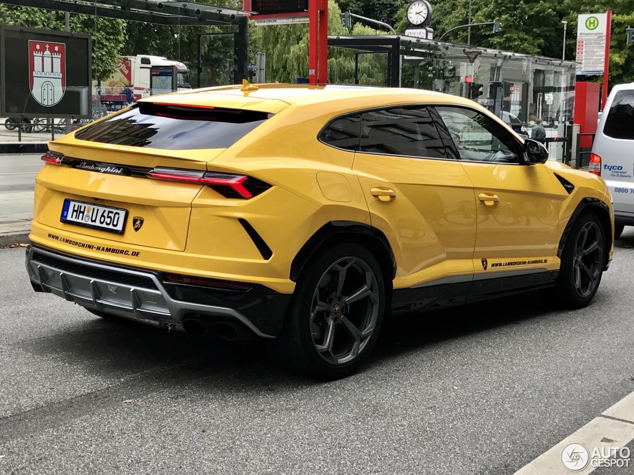 Lamborghini Urus springt eruit in het geel
