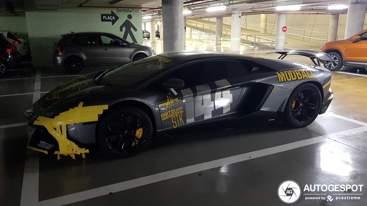 Rally-rijdende Aventador heeft zijn neus beschadigd