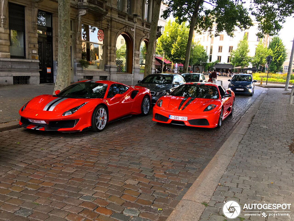 Twee generaties Ferrari ontmoeten elkaar op straat