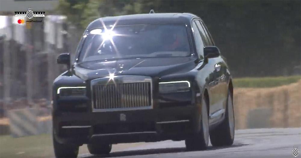 Filmpje: zo hard heb je een Rolls-Royce Cullinan nog niet zien gaan