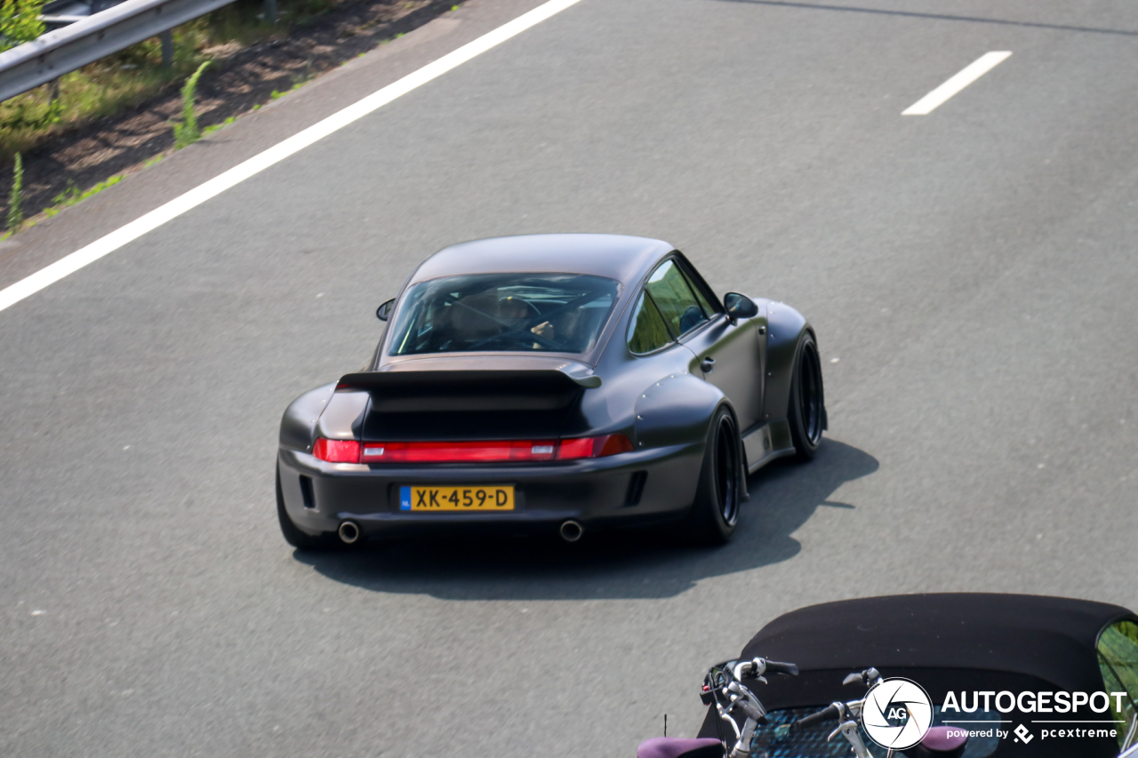 Immens brede Porsche 993 RWB maakt indruk in Vught