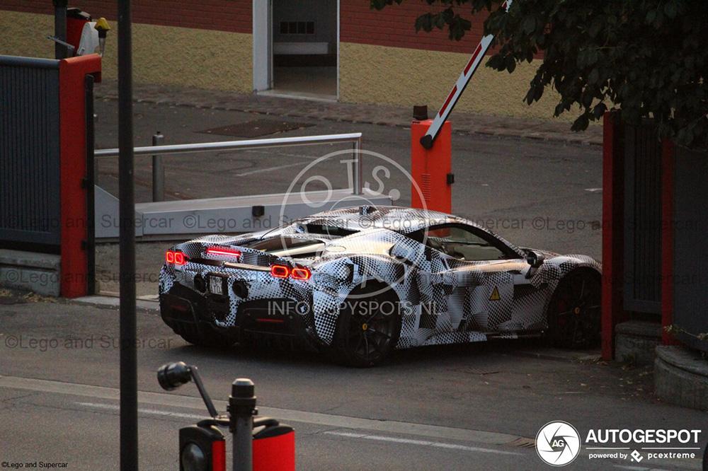 法拉利 SF90 Stradale 在马拉内罗伸展筋骨