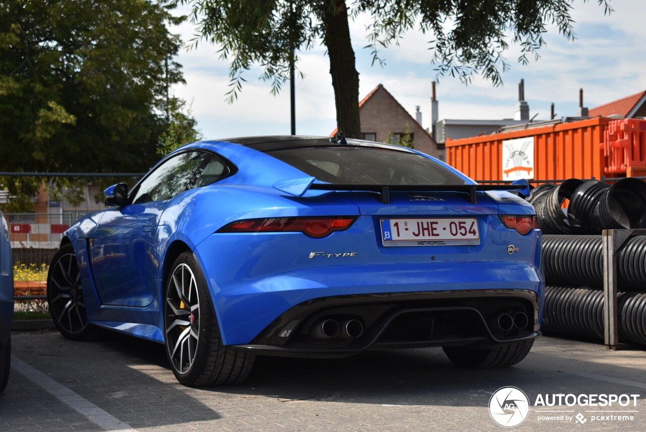 Knalblauwe Jaguar F-TYPE SVR blijft begeerlijk