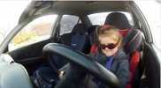 Driejarig meisje rijdt in een Mitsubishi Lancer Evo VI