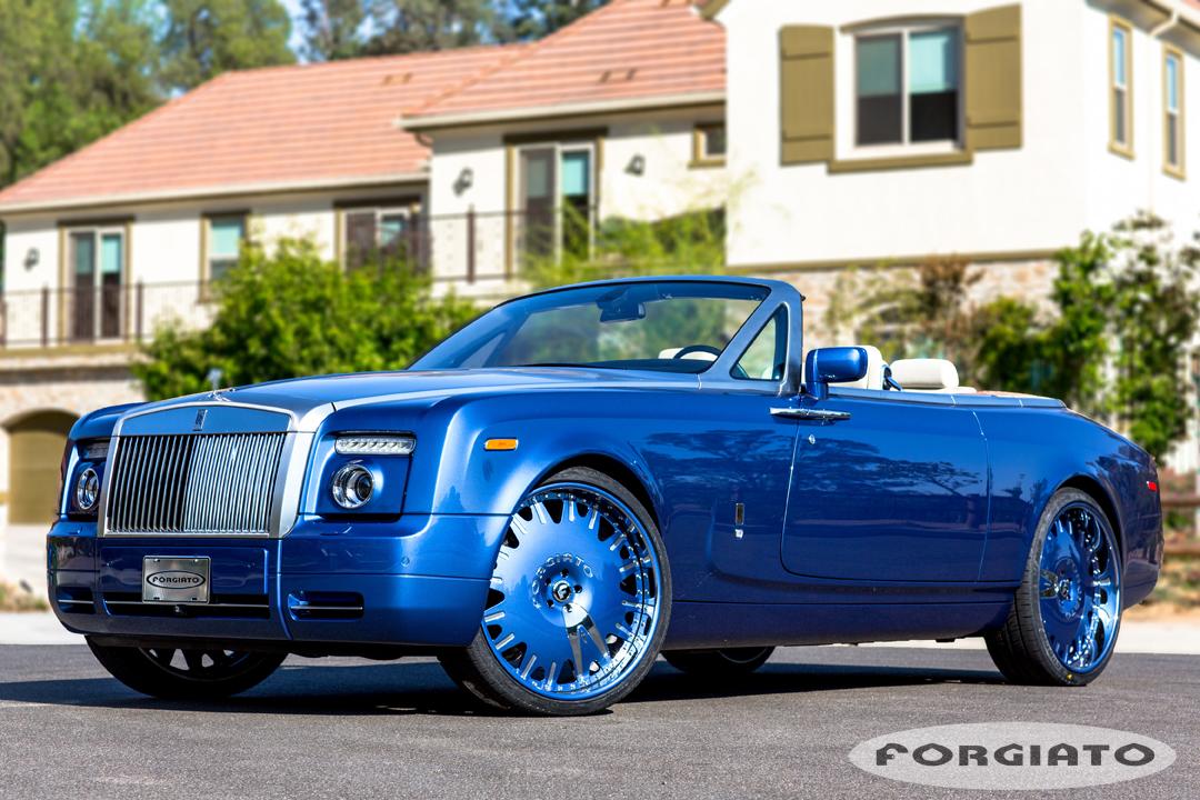 Typisch Amerikaans: 24 inch velgen onder een Rolls-Royce