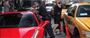 Met je Ferrari 458 Spider over voet van een agent rijden