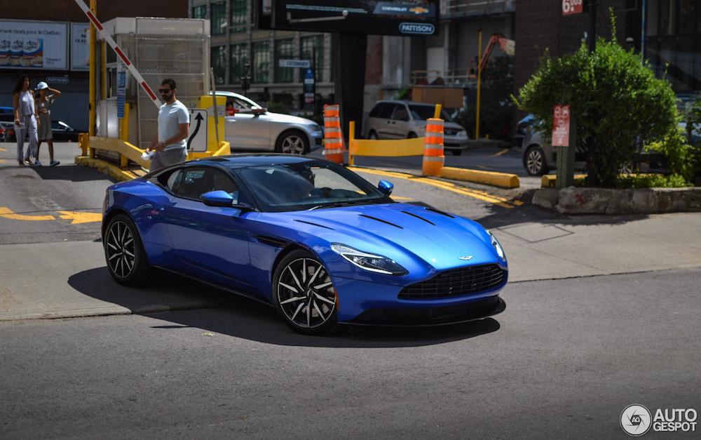 Blauwe Aston Martin DB11 is een stijlvolle aandachtstrekker