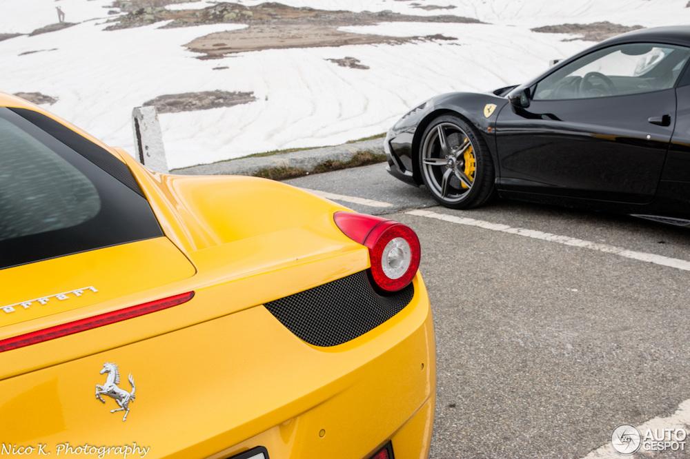 Gele Ferrari 458 steekt prachtig af tegen de Zwitserse Alpen