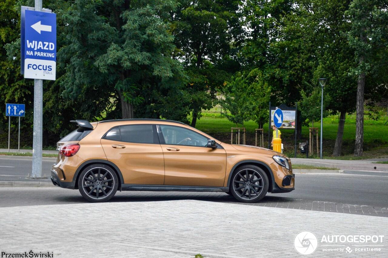 Goudbruine Mercedes-AMG GLA 45 is een plaatje