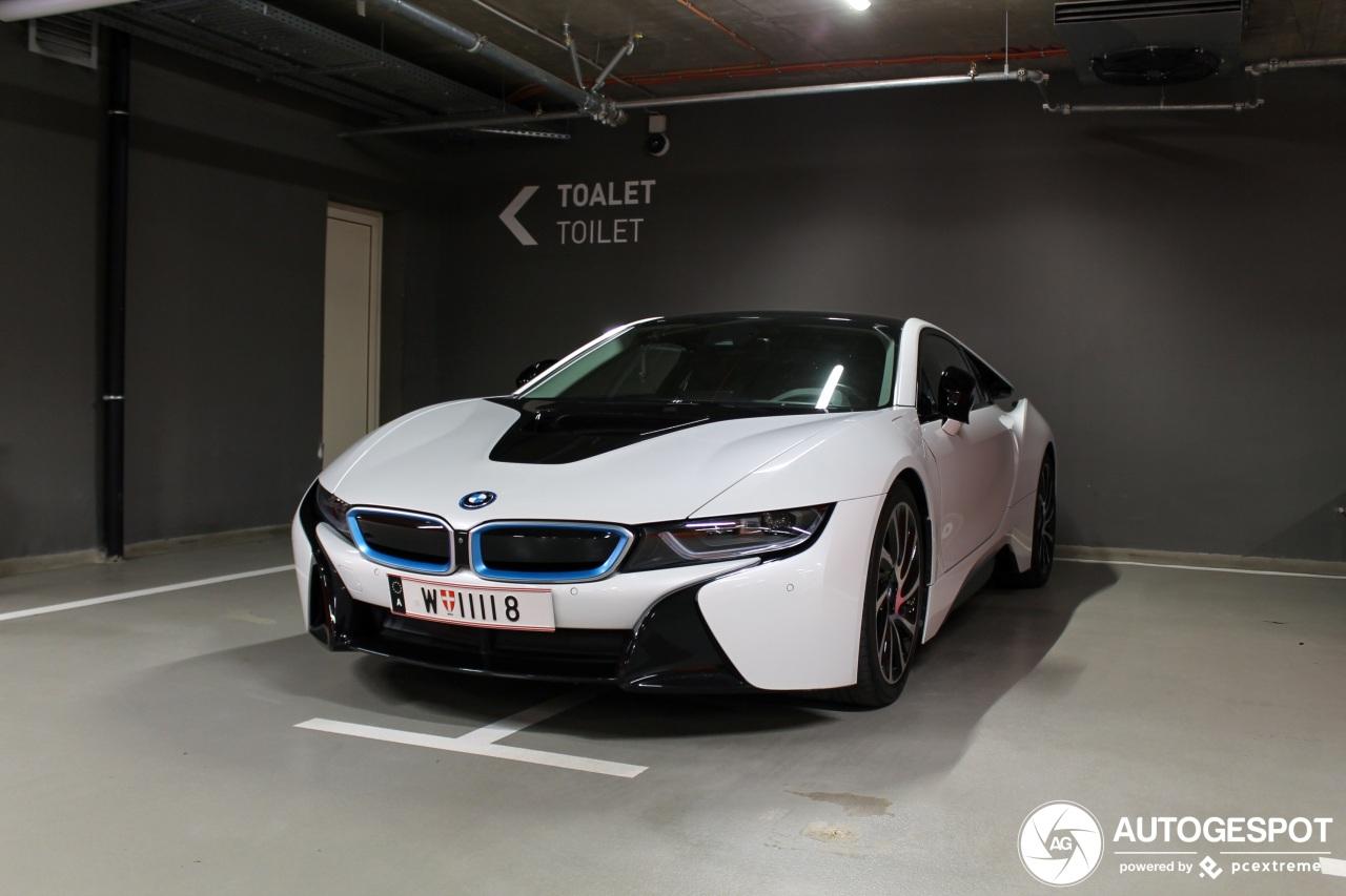 BMW i8 staat lekker in het midden