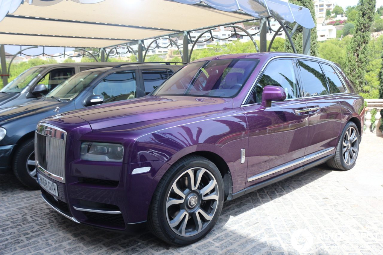 Paarse Rolls-Royce Cullinan knalt je tegemoet