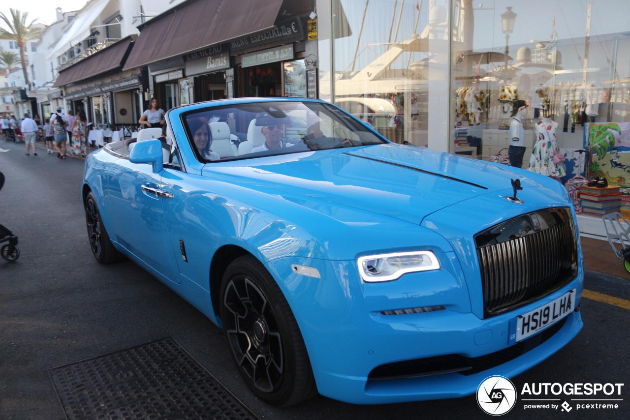 Grote smurf rijdt een Rolls-Royce Dawn Black Badge