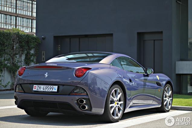 Bijzonder kleurtje op een Ferrari California gespot: paars!