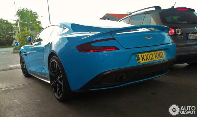 Aston Martin durft: nieuwe Vanquish in knalbauw is hot!