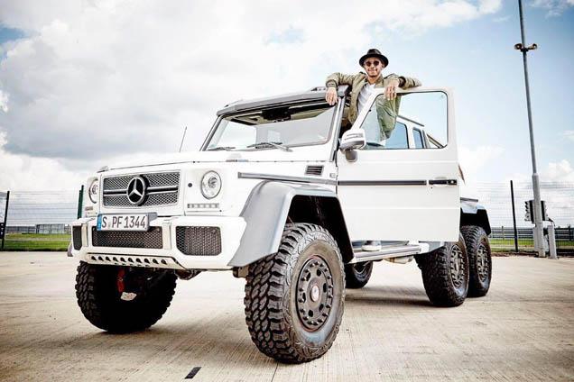 Lewis Hamilton gaat voor de Mercedes-Benz G 63 AMG 6x6