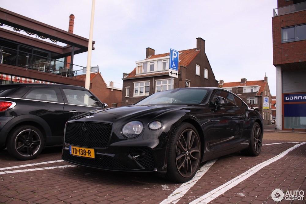 Pontificaal op de invalidenparkeerplaats: Bentley Continental GT