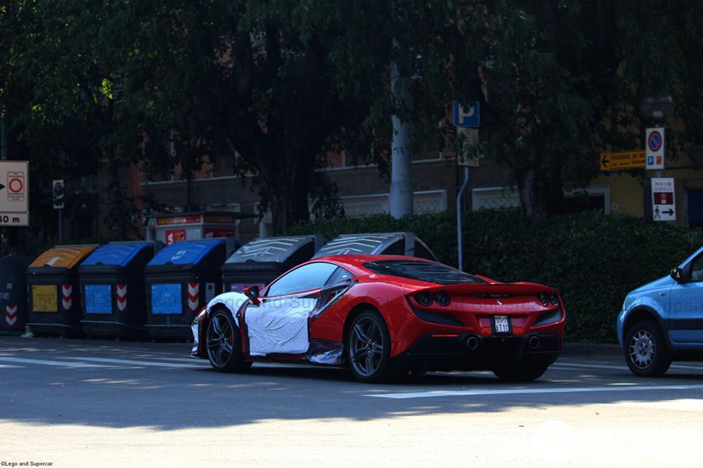Ferrari F8 Tributo strekt de benen in Modena