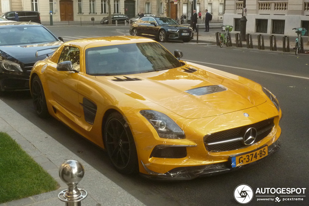 Mercedes-Benz SLS AMG Black Series is professioneel geplakt