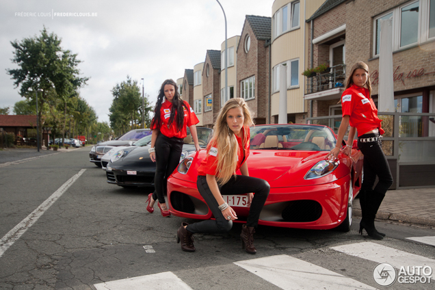Spot van de dag: Ferrari F430 Spider inclusief vrouwelijk schoon!