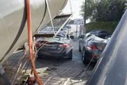 Quelle malchance ! Une grue tombe sur une Jaguar XKR-S