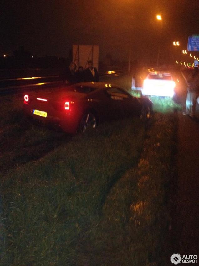 Ferrari 458 Spider crasht met hoge snelheid in vangrail