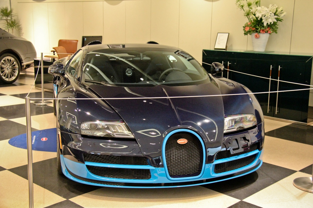 bugatti veyron 16 4 exposition in london. Black Bedroom Furniture Sets. Home Design Ideas