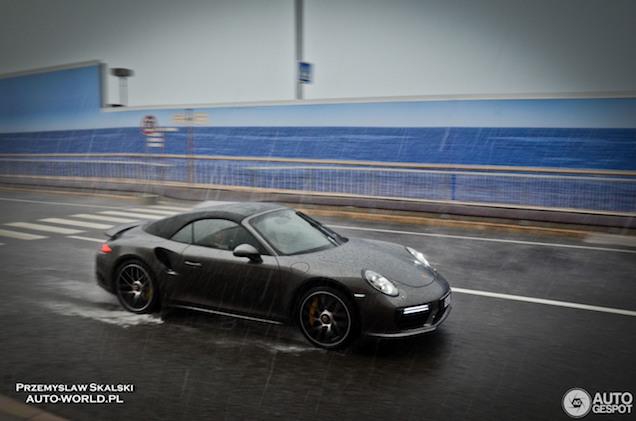 Porsche 911 Turbo S Cabriolet trotseert het slechte weer in Monaco