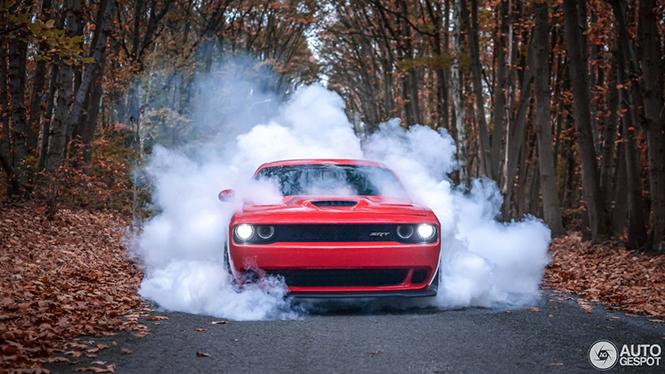 Dodge Challenger SRT-8 Hellcat gooit rookgordijn op