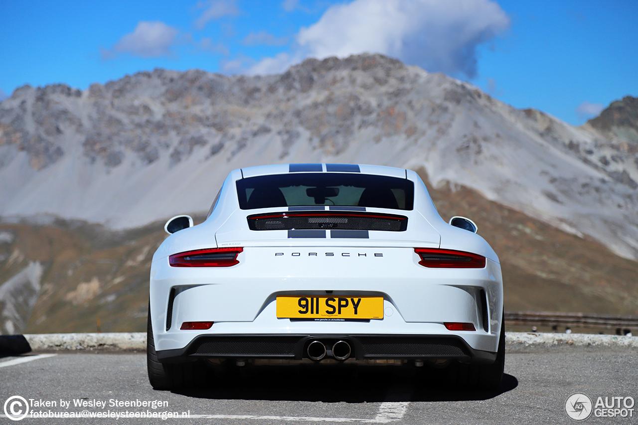 Porsche 991 GT3 Touring vermaakt zich in de bergen