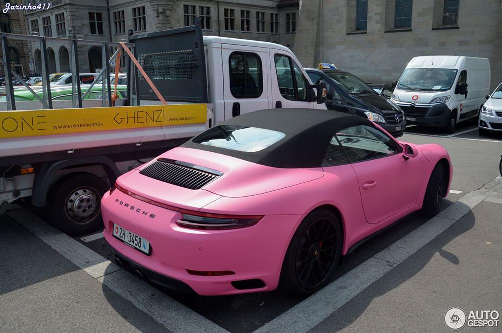Roze Porsche Carrera GTS 4 Cabriolet springt er lekker uit