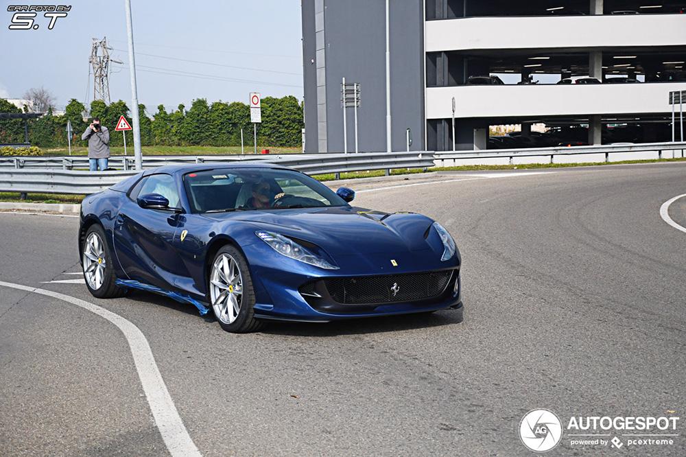 Ferrari 812 GTS mag benen strekken buiten de fabriekspoorten