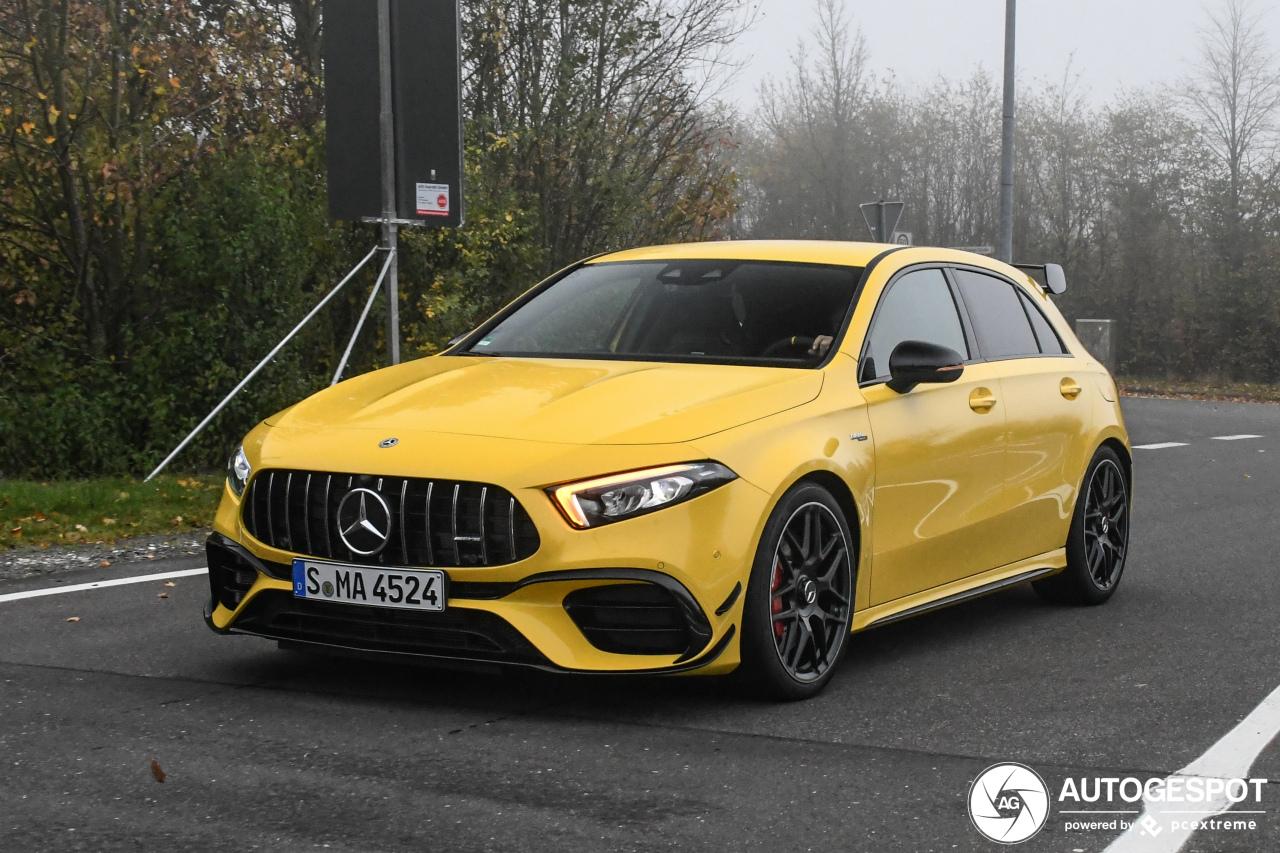 Gele Mercedes-AMG A 45 S doorbreekt de mist