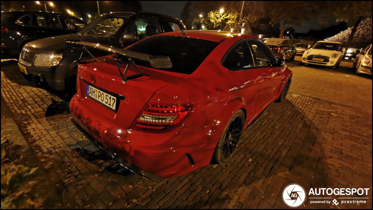 Knalrode Mercedes-Benz C 63 AMG Black Series steelt de nacht