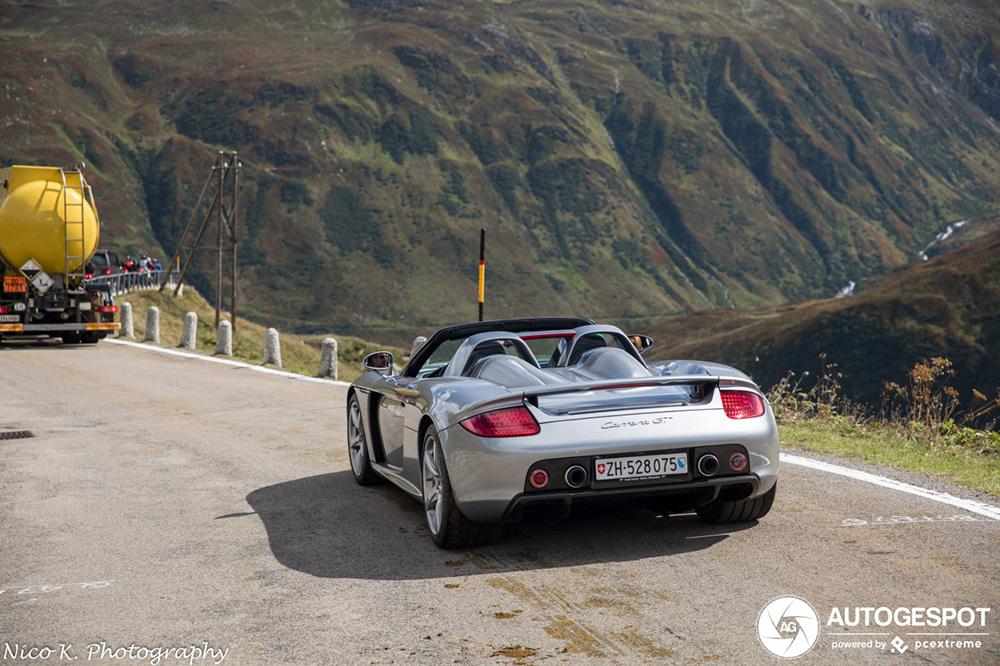 Porsche Carrera GT bestormt de Furkapas