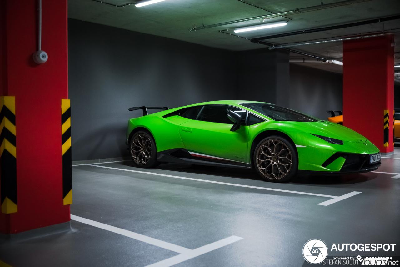 Parkeergarage is perfect decor voor de Lamborghini Huracán Performante