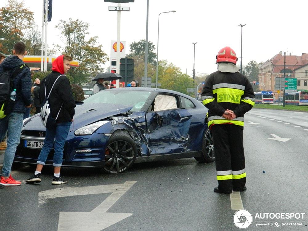 Nissan GT-R flink gehavend na ongeval