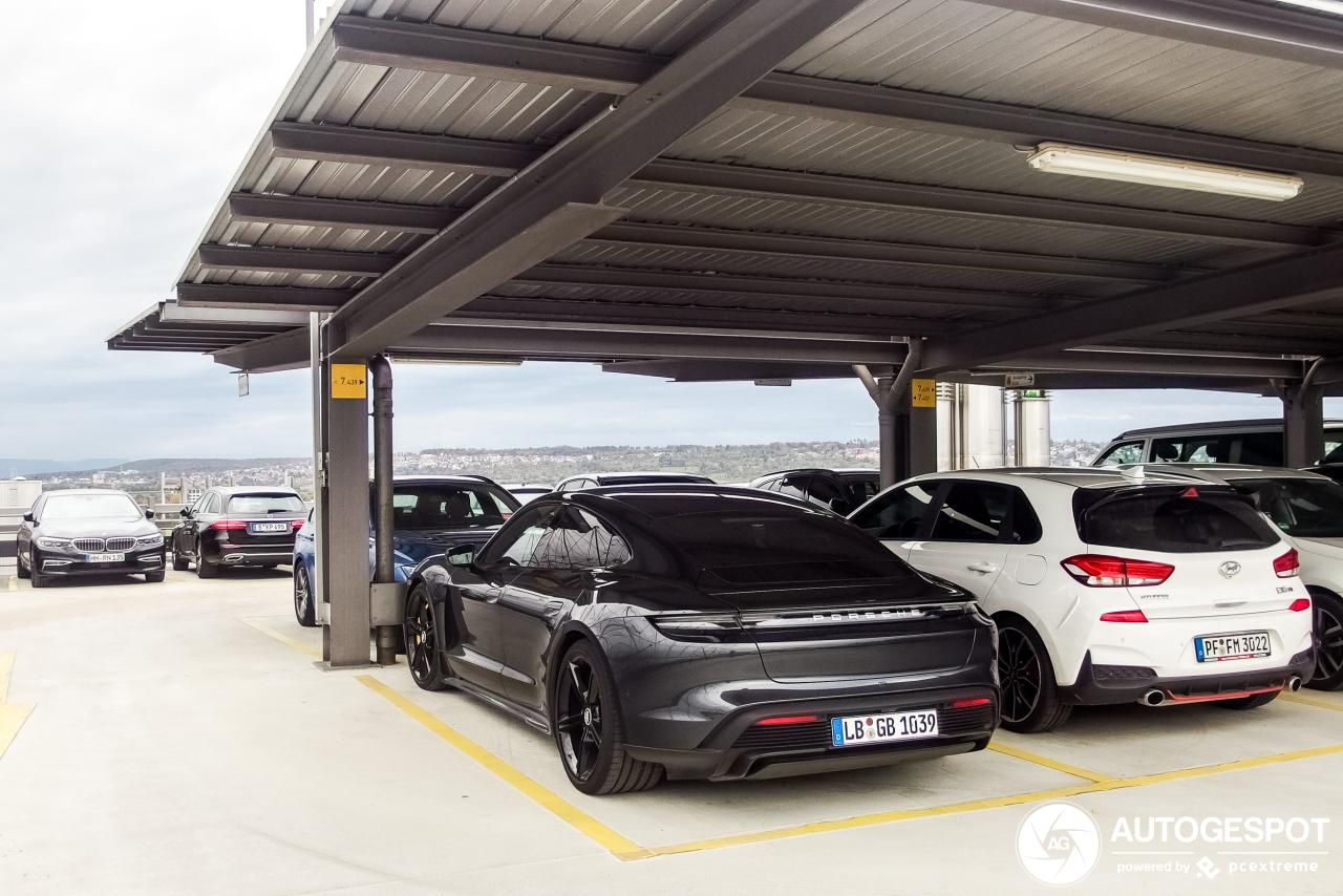 Porsche Taycan Turbo S mengt zich langzaam in straatbeeld