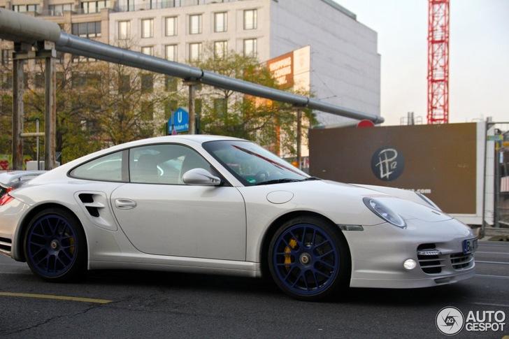 Une Porsche 997 Turbo Blanche 233 Quip 233 E De Jantes Bleues