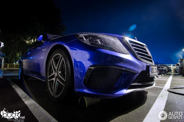 Knalblauw staat de Mercedes-Benz S 63 AMG meer dan prima