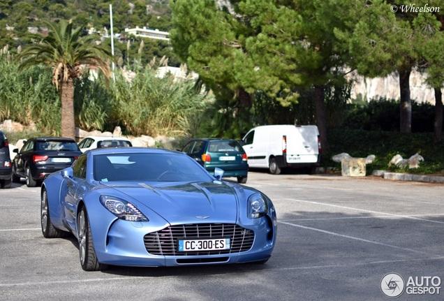 Babyblauwe Aston Martin One-77 verveelt nooit