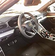 Een klein kijkje in het interieur van de Lamborghini Urus